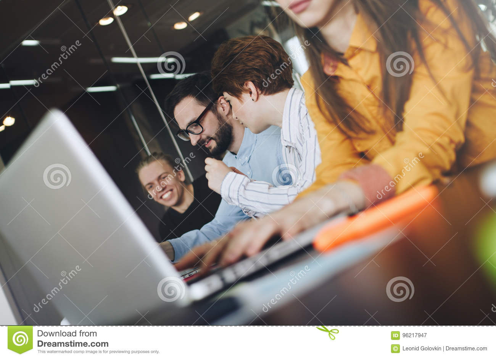 Team von Mitarbeiter IT-Fachmännern, die im modernen Dachboden auf sof arbeiten