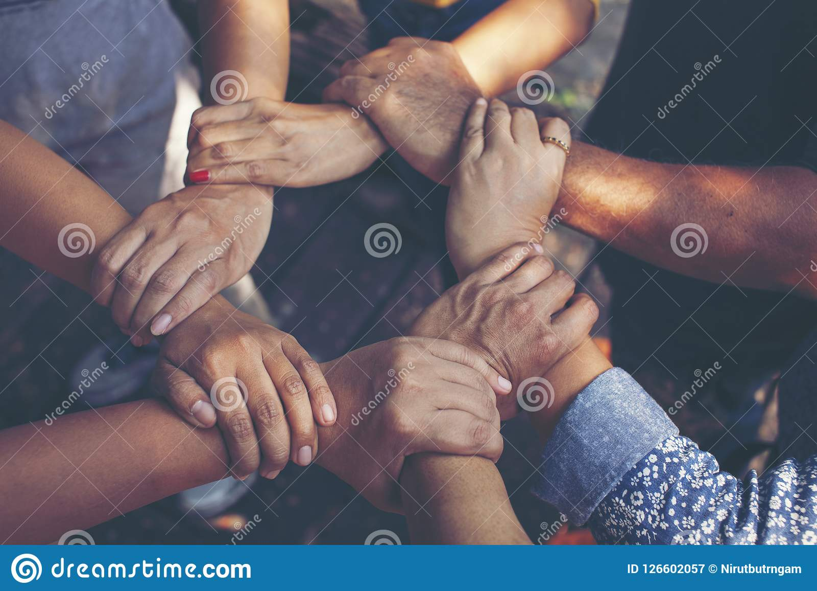 Team Work Concept: Grupp av olika händer tillsammans arga Proces