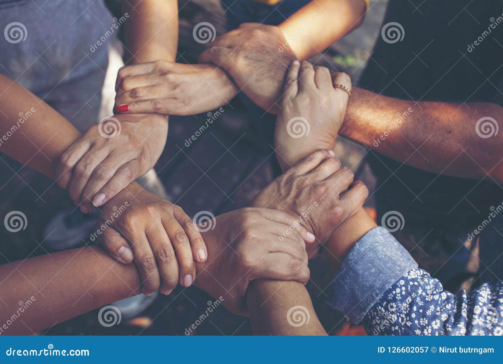 Team Work Concept: Gruppe verschiedene Hände zusammen Quer-Proces