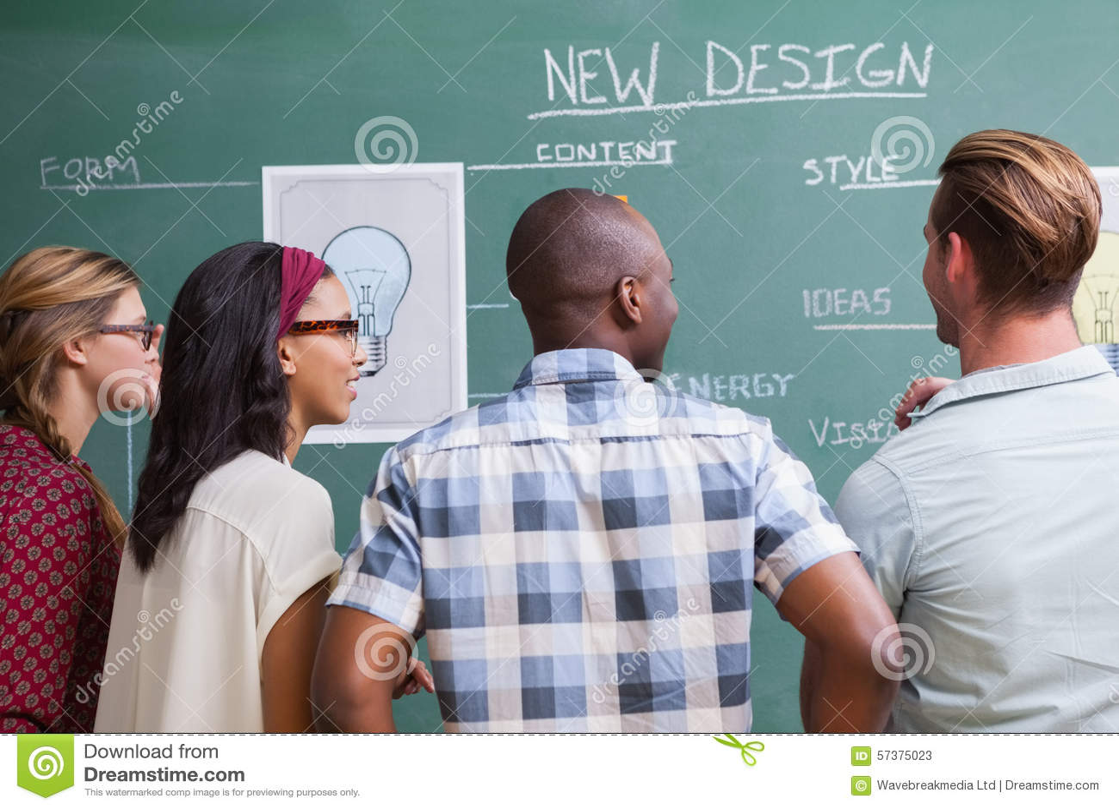 Teambrainstorming met ideeën op de raad worden geschreven die