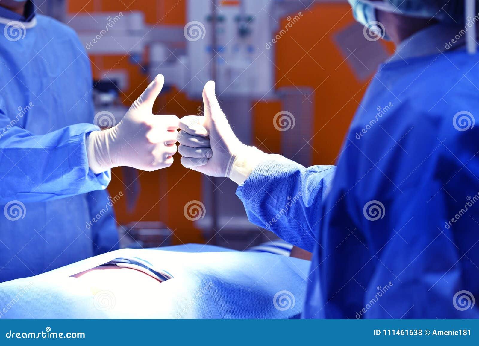 Teamchirurg die een succesvolle verrichting gelukwensen