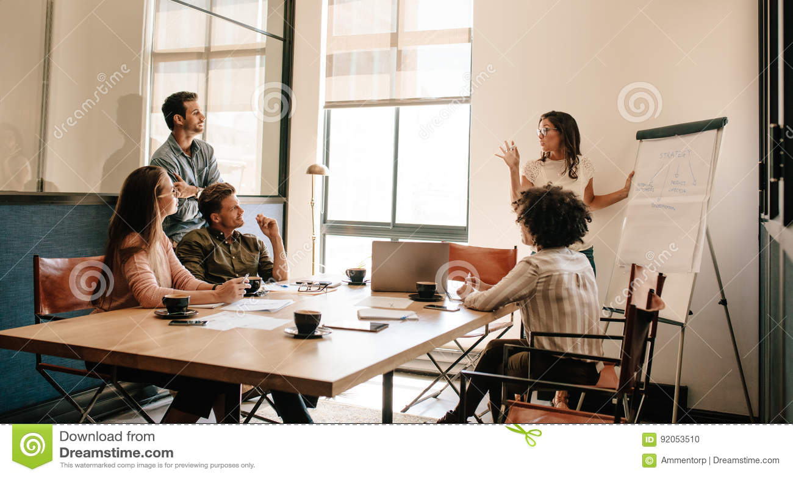 Teamvergadering in bestuurskamer voor het onderzoeken van nieuwe bedrijfsstrategieën