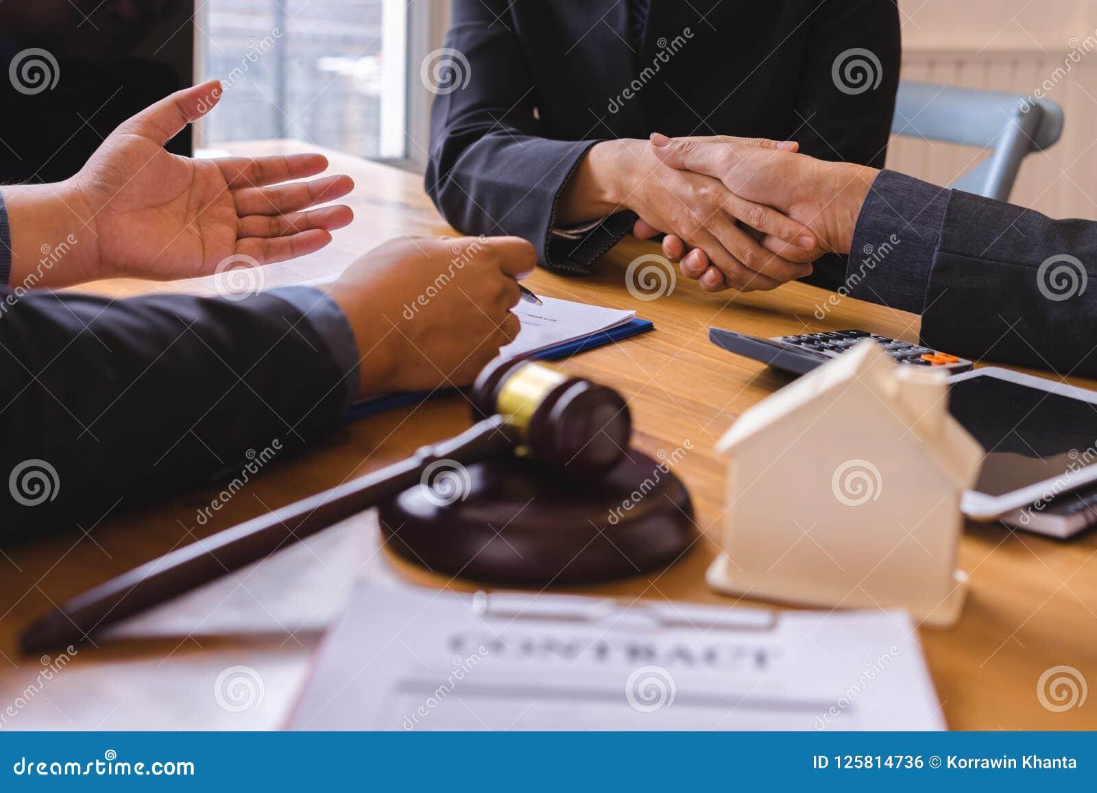 Teamwork av lagligt skaka för affär räcker möte efter stort möte om egenskapslag