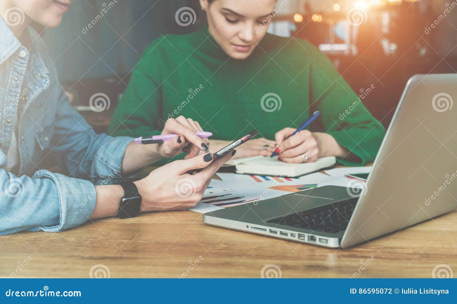 Teamwork Deux jeunes femmes d affaires s asseyant au bureau dans le bureau et le travail Sur la table est les diagrammes d ordina