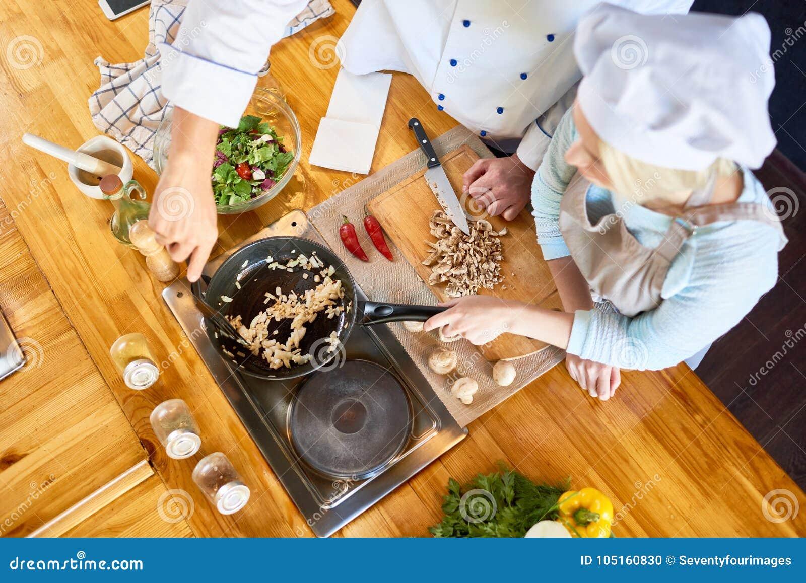 Teamwork på modernt restaurangkök
