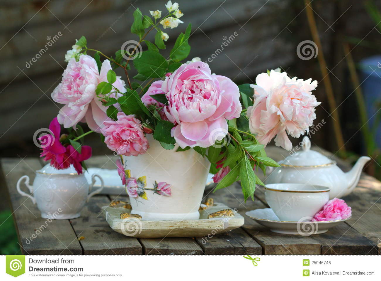 Beautiful Spring Pictures teapot, cup and beautiful spring bouquet stock photo - image: 41681527