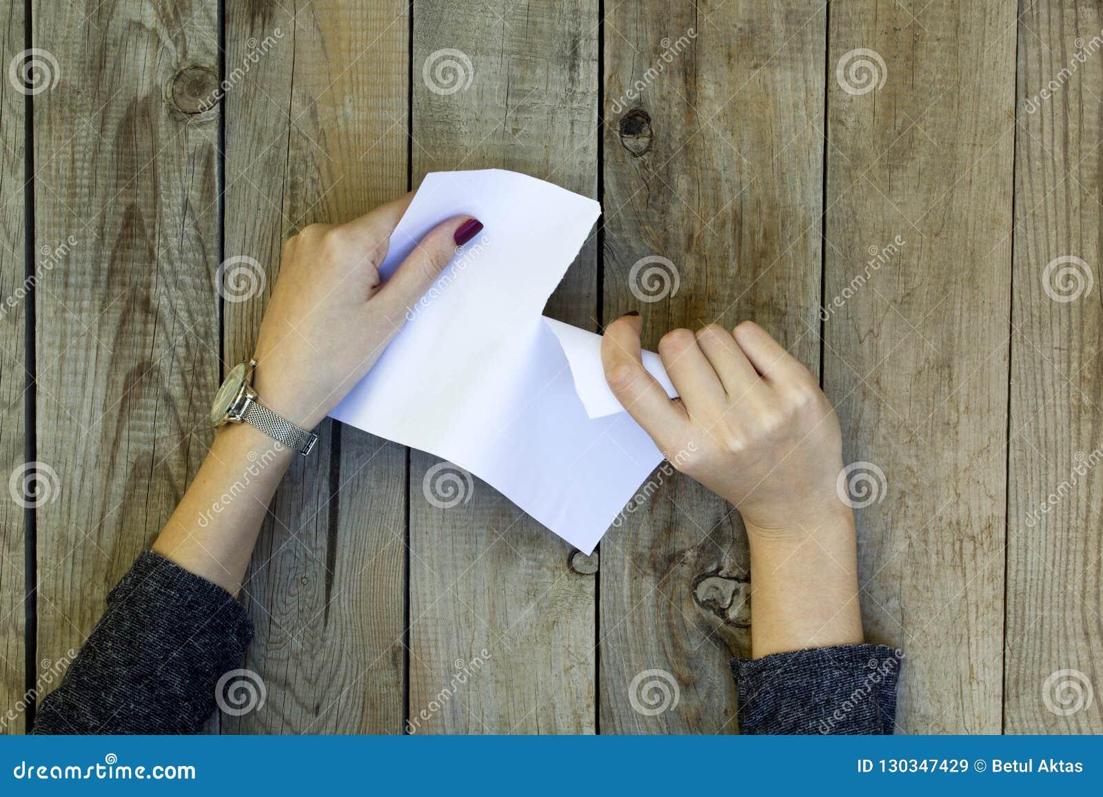 Tearing vrouwenhand het Witboek