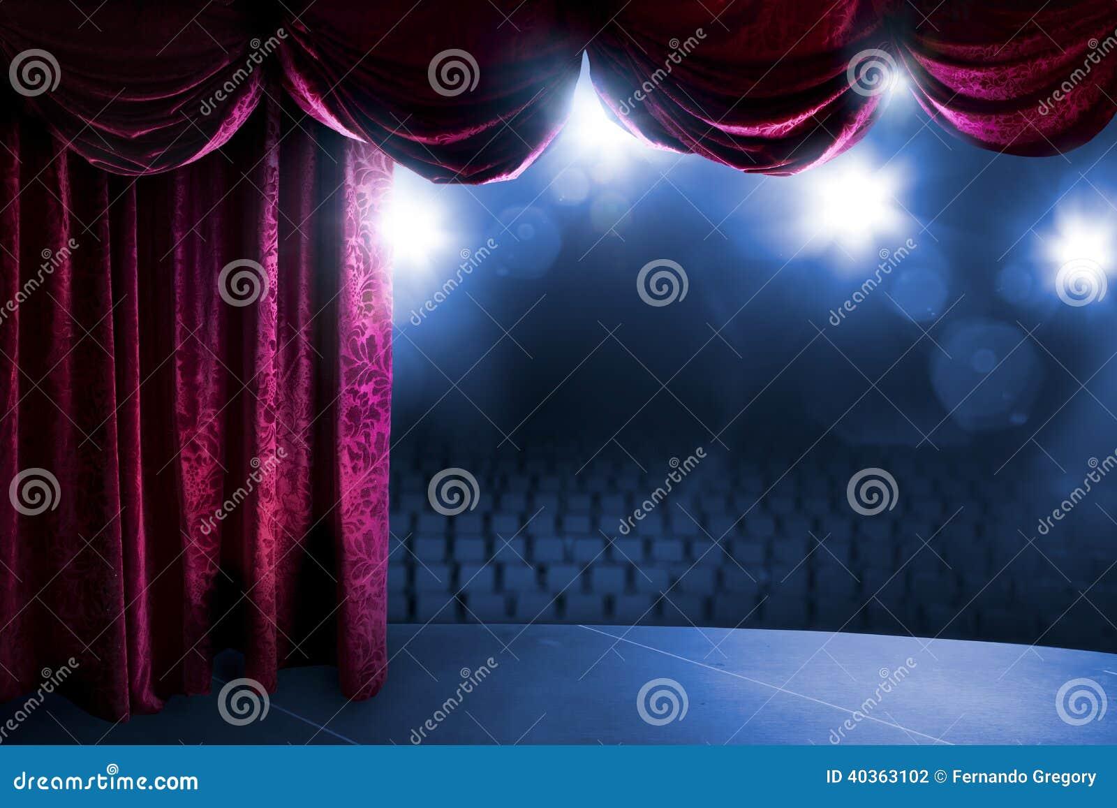 Teatr zasłona z dramatycznym oświetleniem