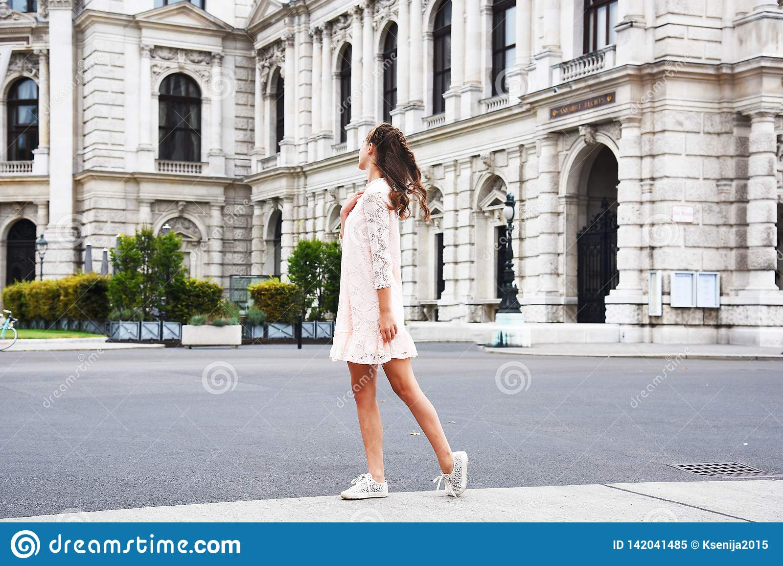 Teatro Burgtheater, Austria dello stato di Vienna Una ragazza in un vestito rosa sta sui precedenti della costruzione