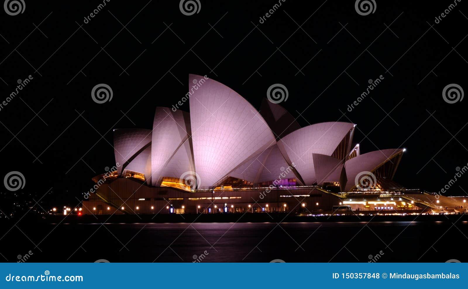 Teatro de la ópera en la noche en Sydney