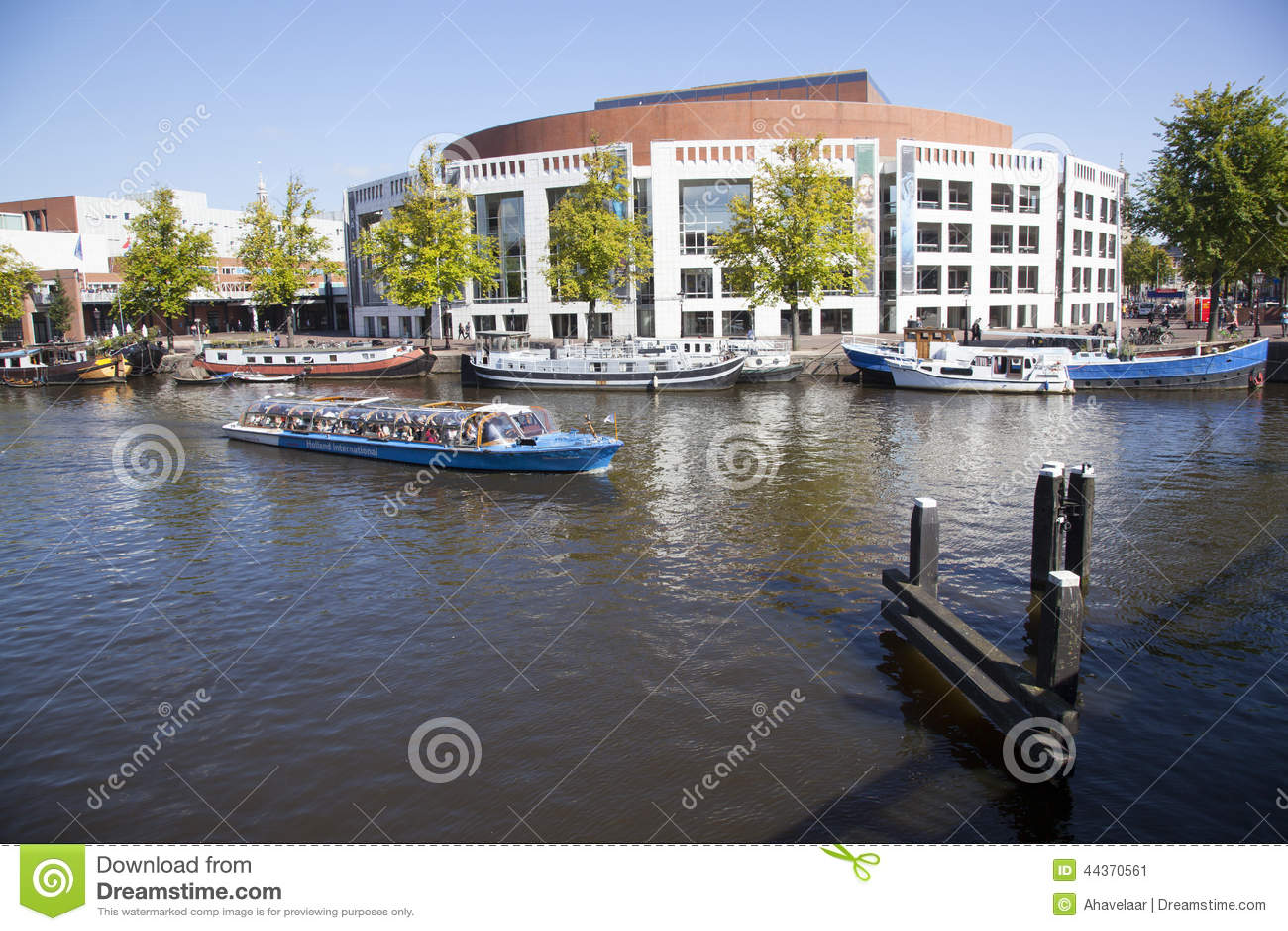 Teatro dell opera e barche nel fiume del amstel