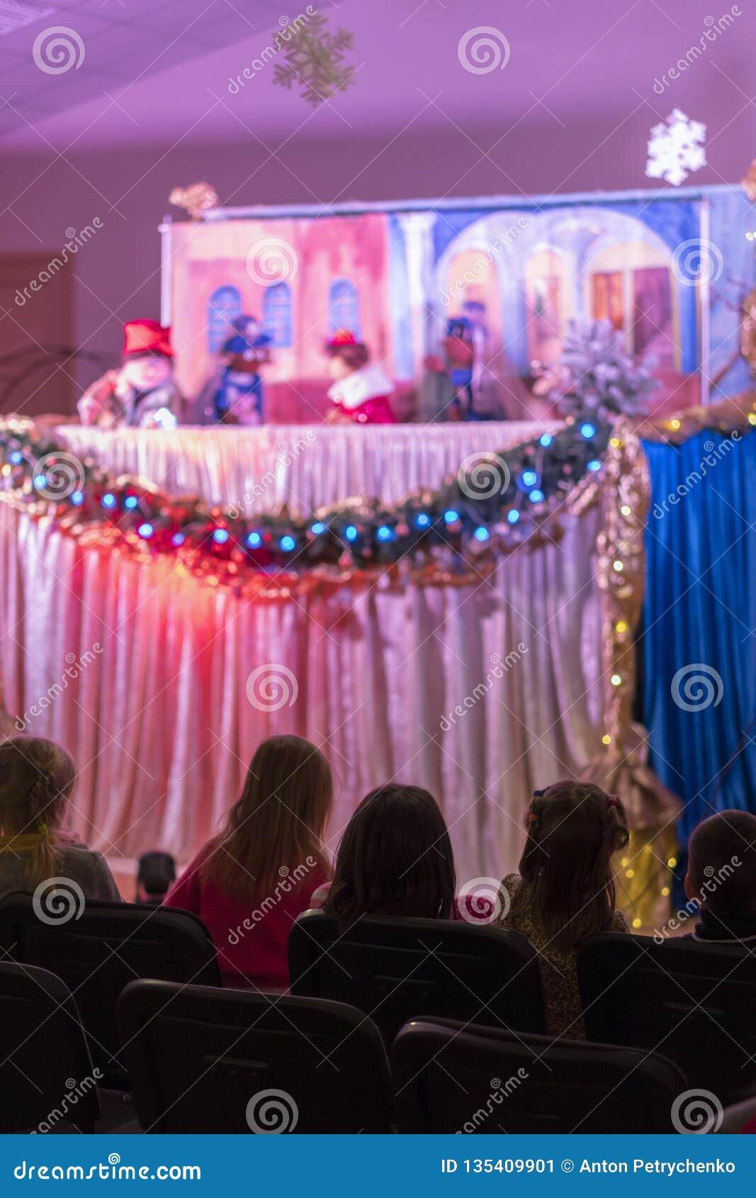Teatro do fantoche das crianças Foto vertical blurry