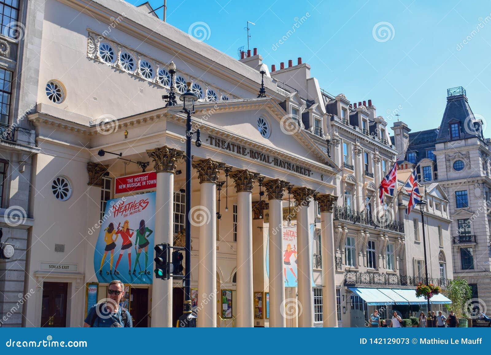 Teatro Haymarket real e arquitetura velha em Londres, Inglaterra em Sunny Day