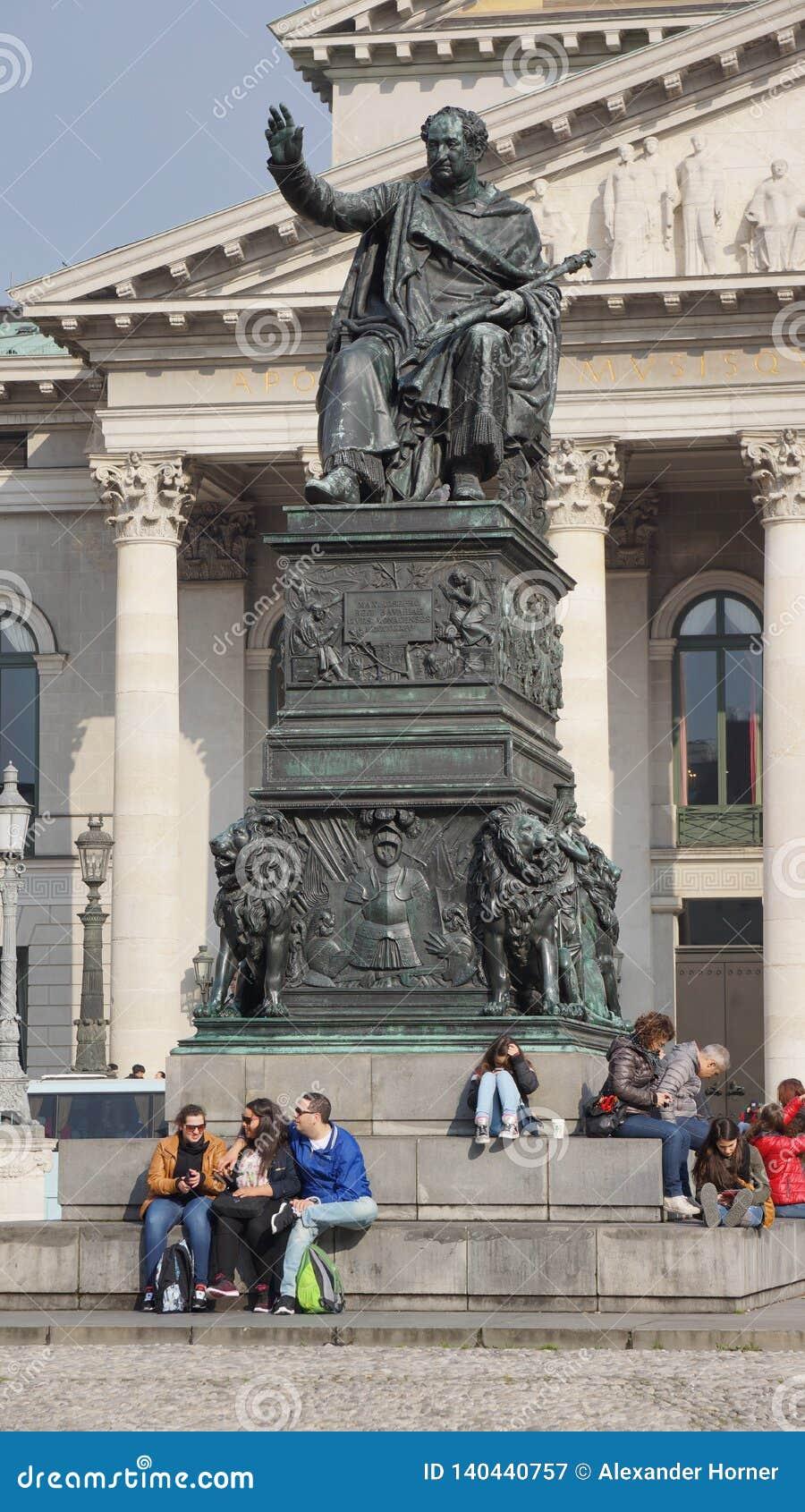 Teatro nazionale quadrato delle colonne del monumento dei odeons munish del teatro nazionale