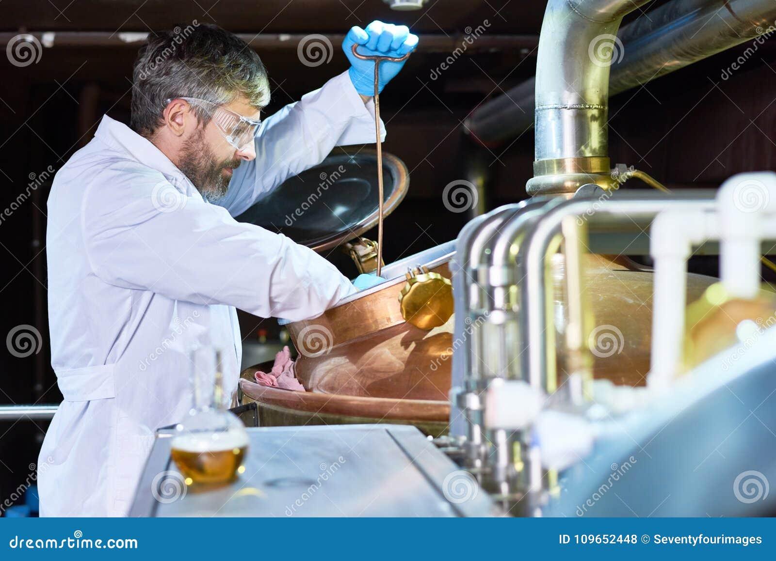 Technicien de brassage occupé vérifiant le processus de fermentation