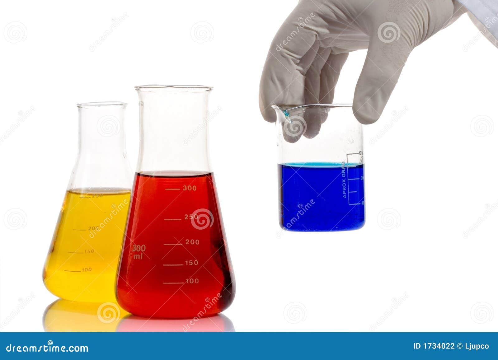 Technicien de laboratoire analysant des produits chimiques