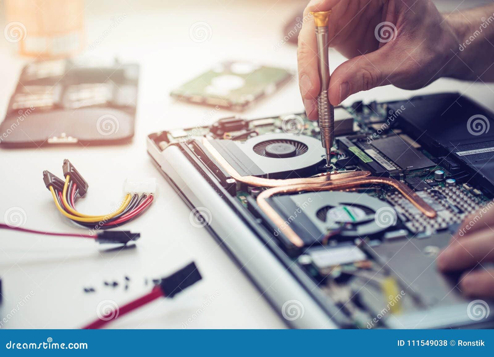 Technicien réparant l ordinateur portable
