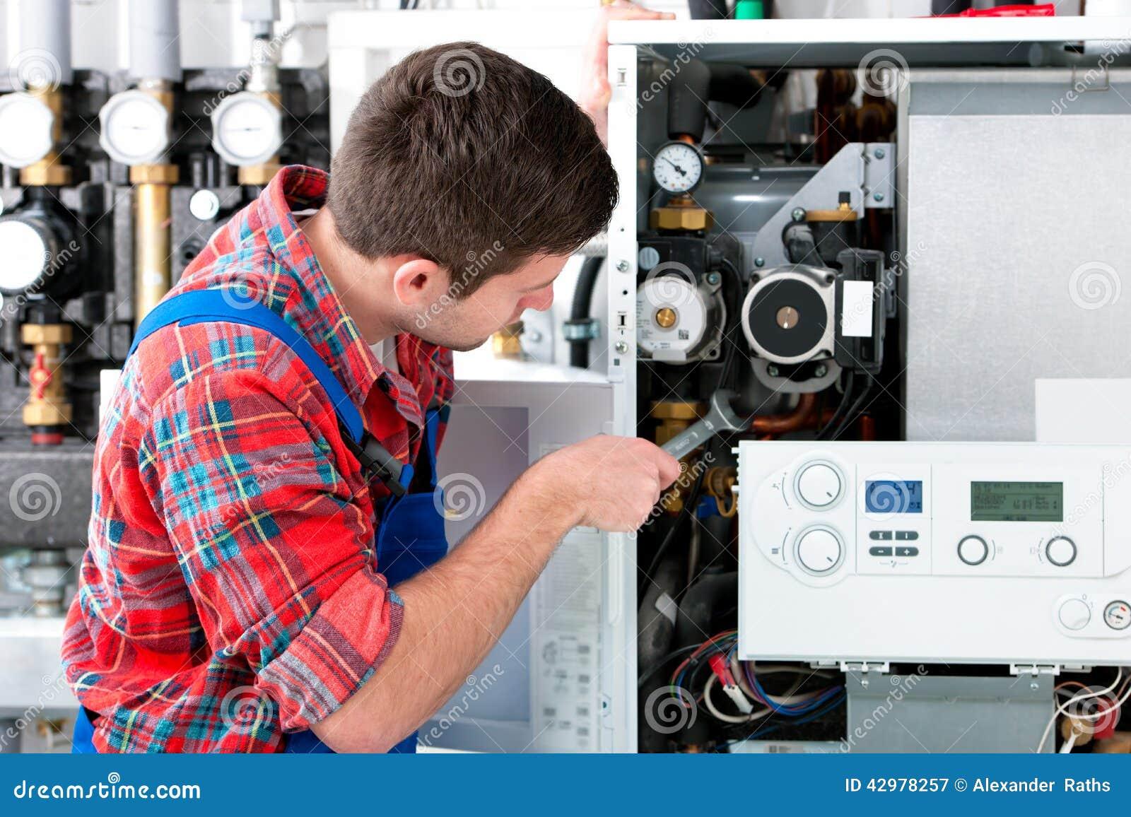 Technicus die het verwarmen boiler onderhouden