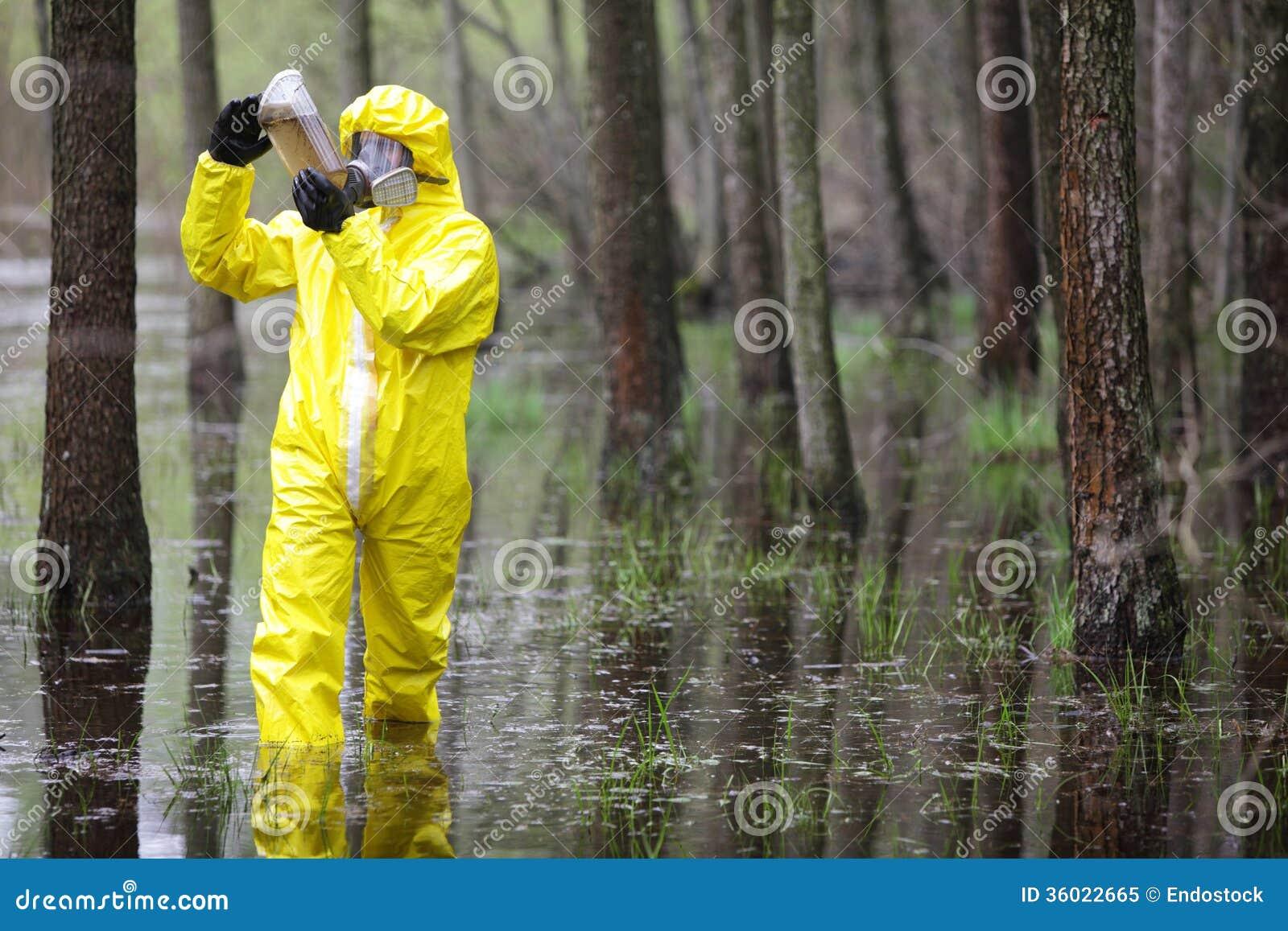 Technicus die steekproef van water op vloedgebied onderzoeken