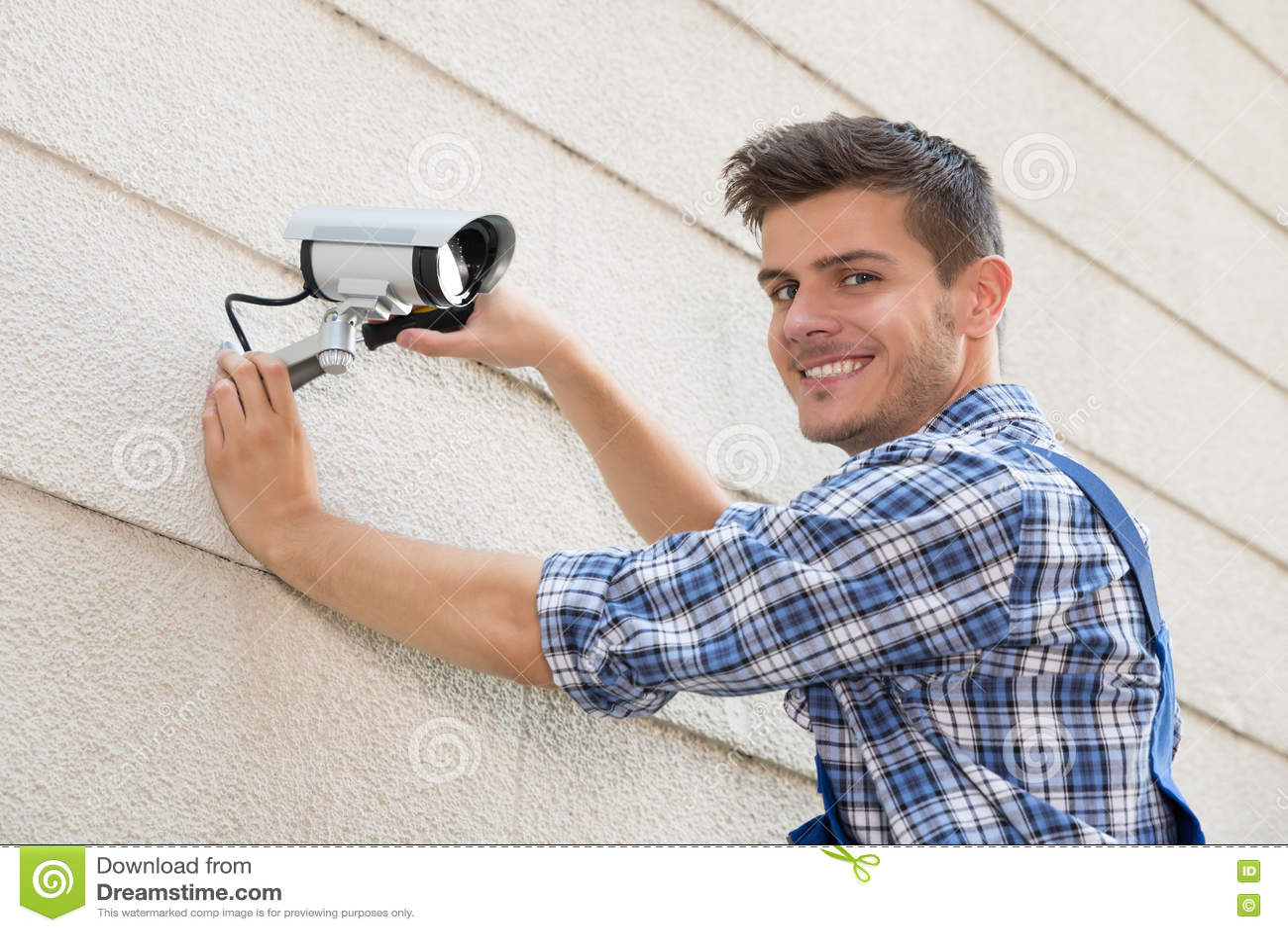 Technicus Fixing Cctv Camera op Muur