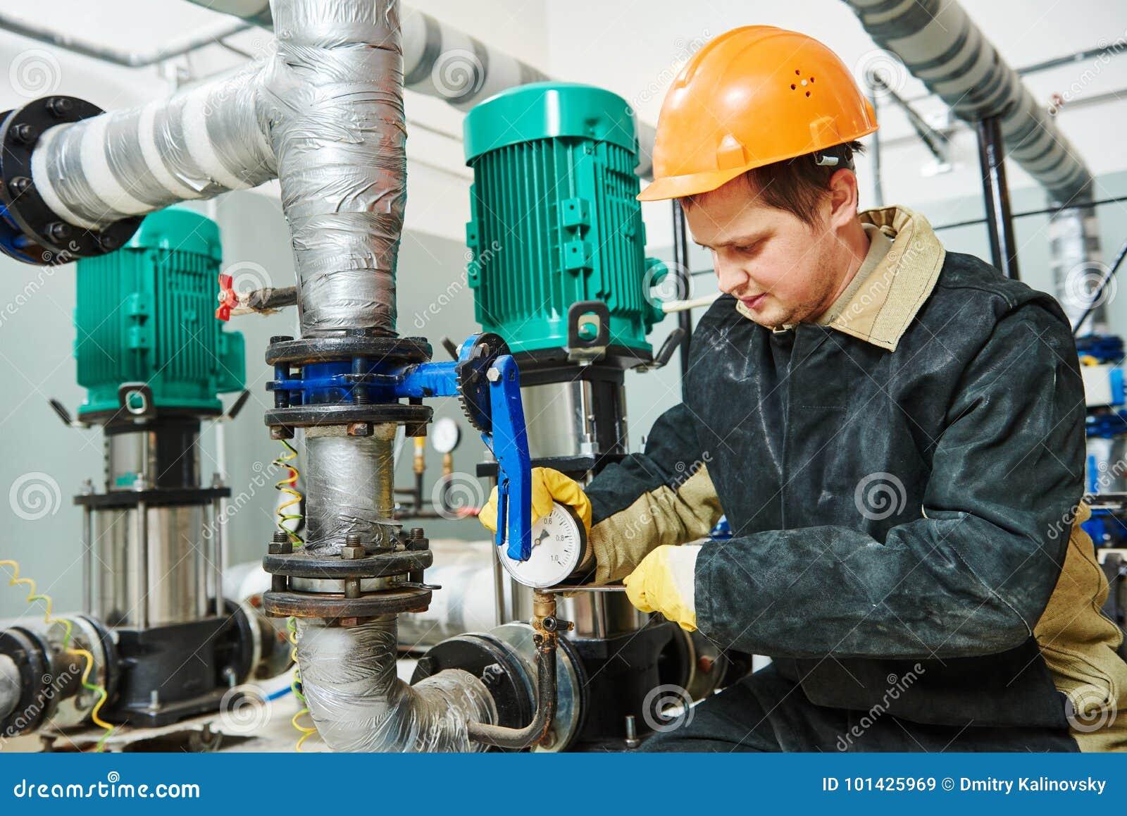 Technicusloodgieter van verwarmingssysteem in ketelruim