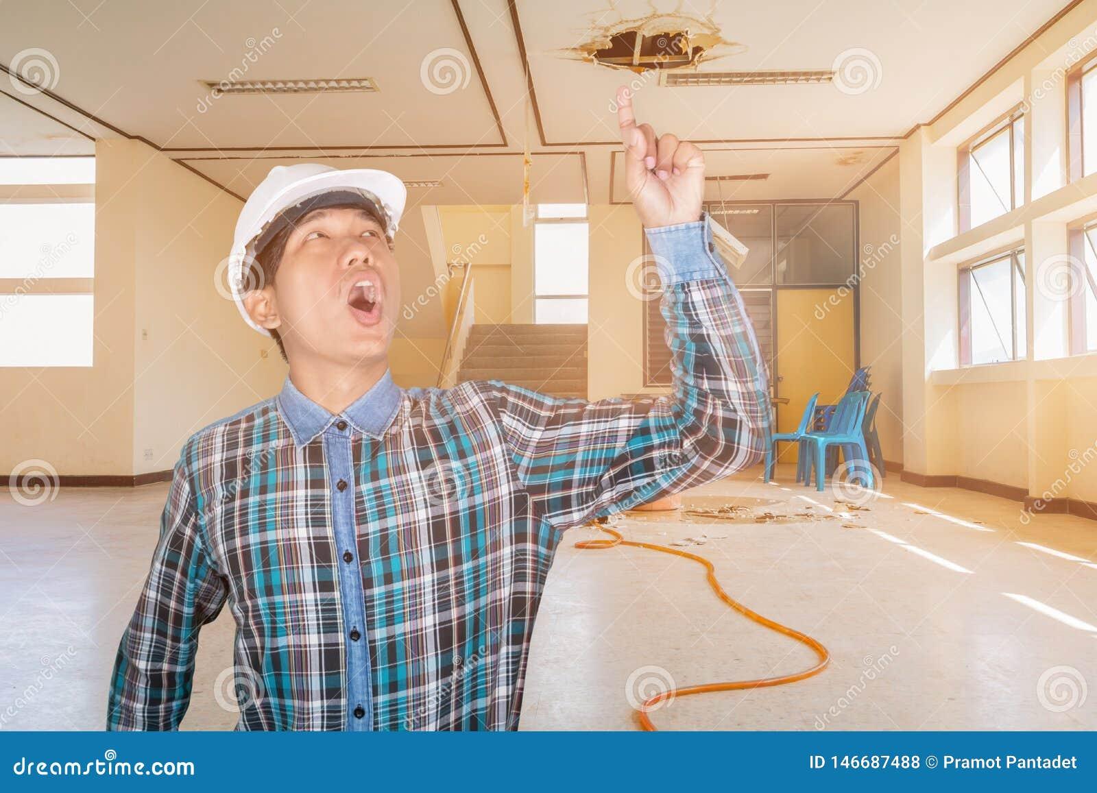 Techniekhand op wapenpunt in van het het waterlek van de werkgelegenheidsreparatie bouw van het de dalings de binnenlandse bureau