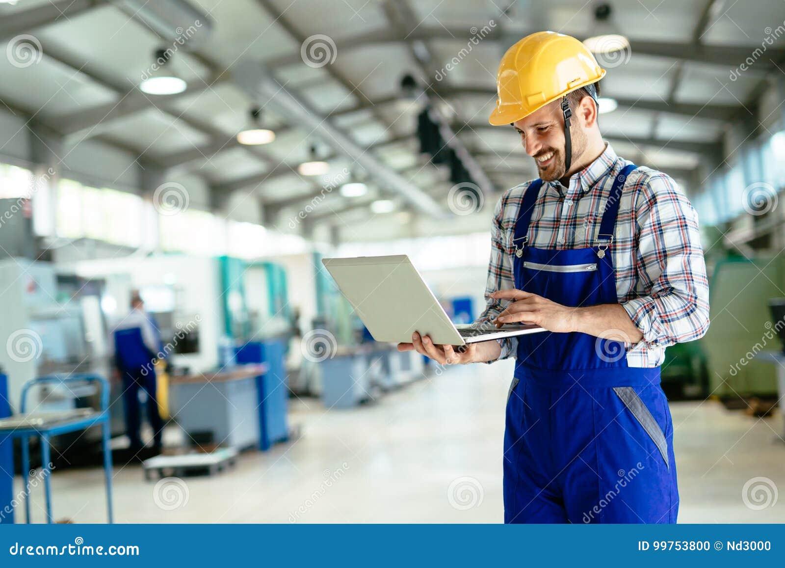 Technik pracuje w fabryce i robi kontrola jakości
