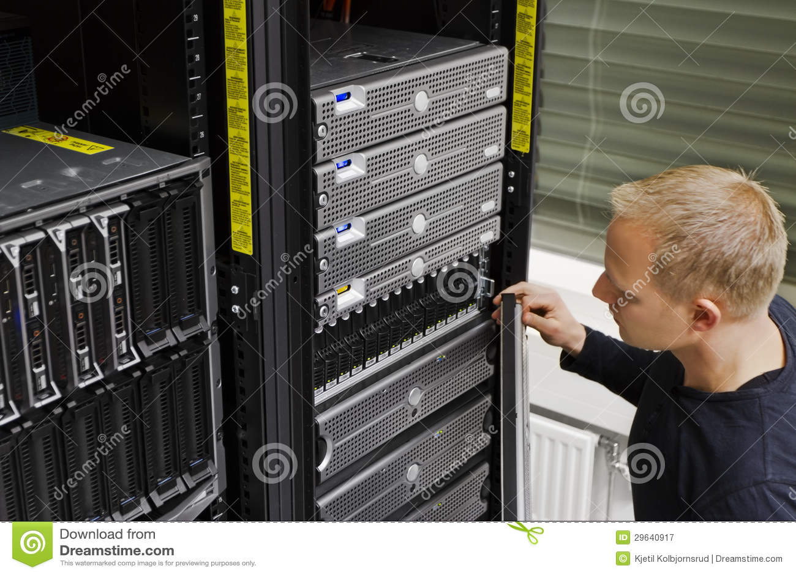 IT technik Utrzymuje SAN i serwerów