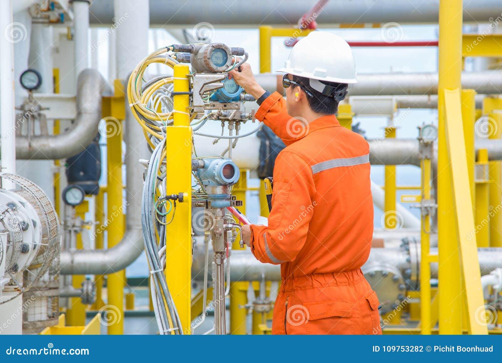 Technika operator sprawdza czytelniczą wartość od naciska i tem
