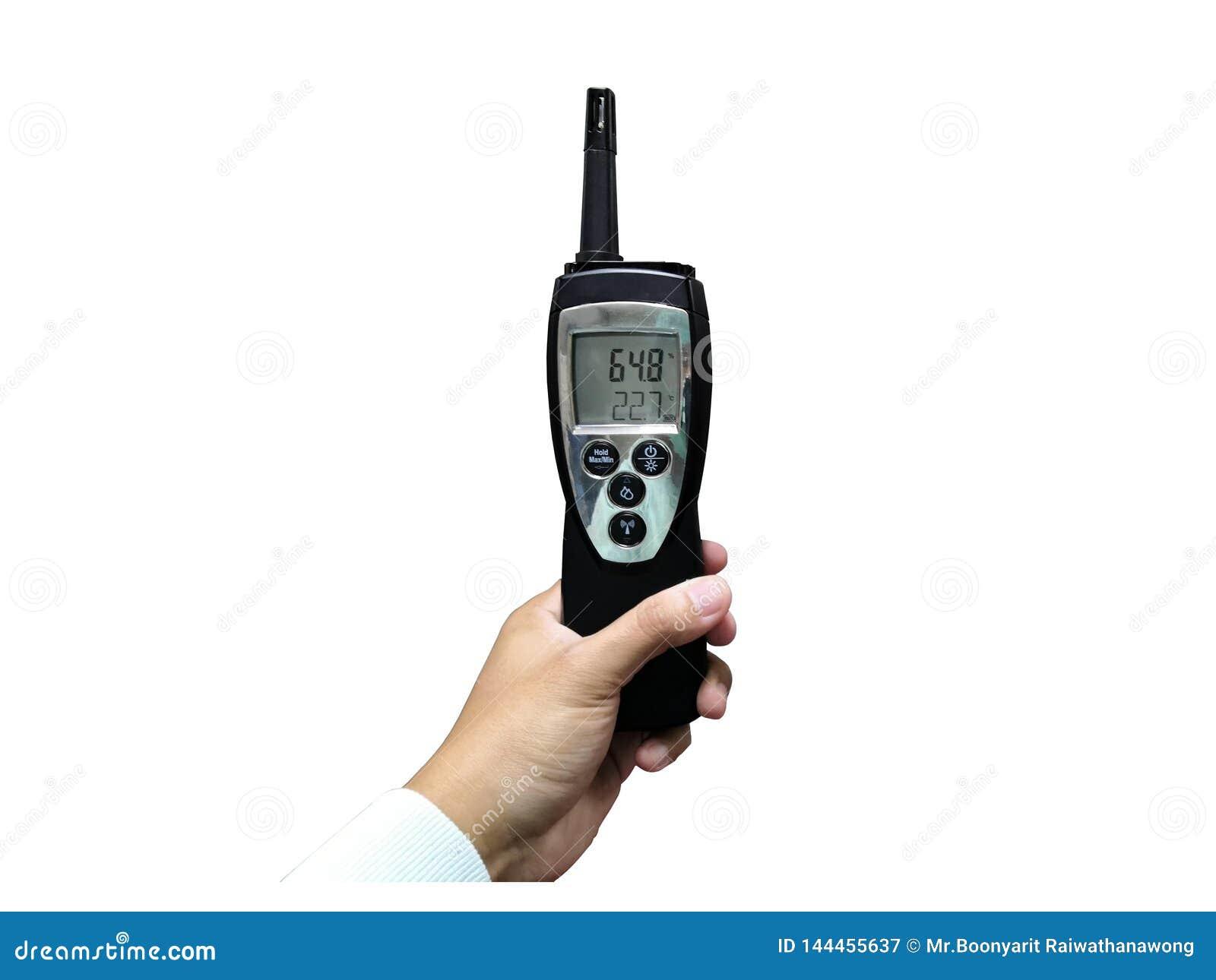 Techniker, der die Temperatur und Feuchtigkeit lokalisiert auf weißem Hintergrund überprüft