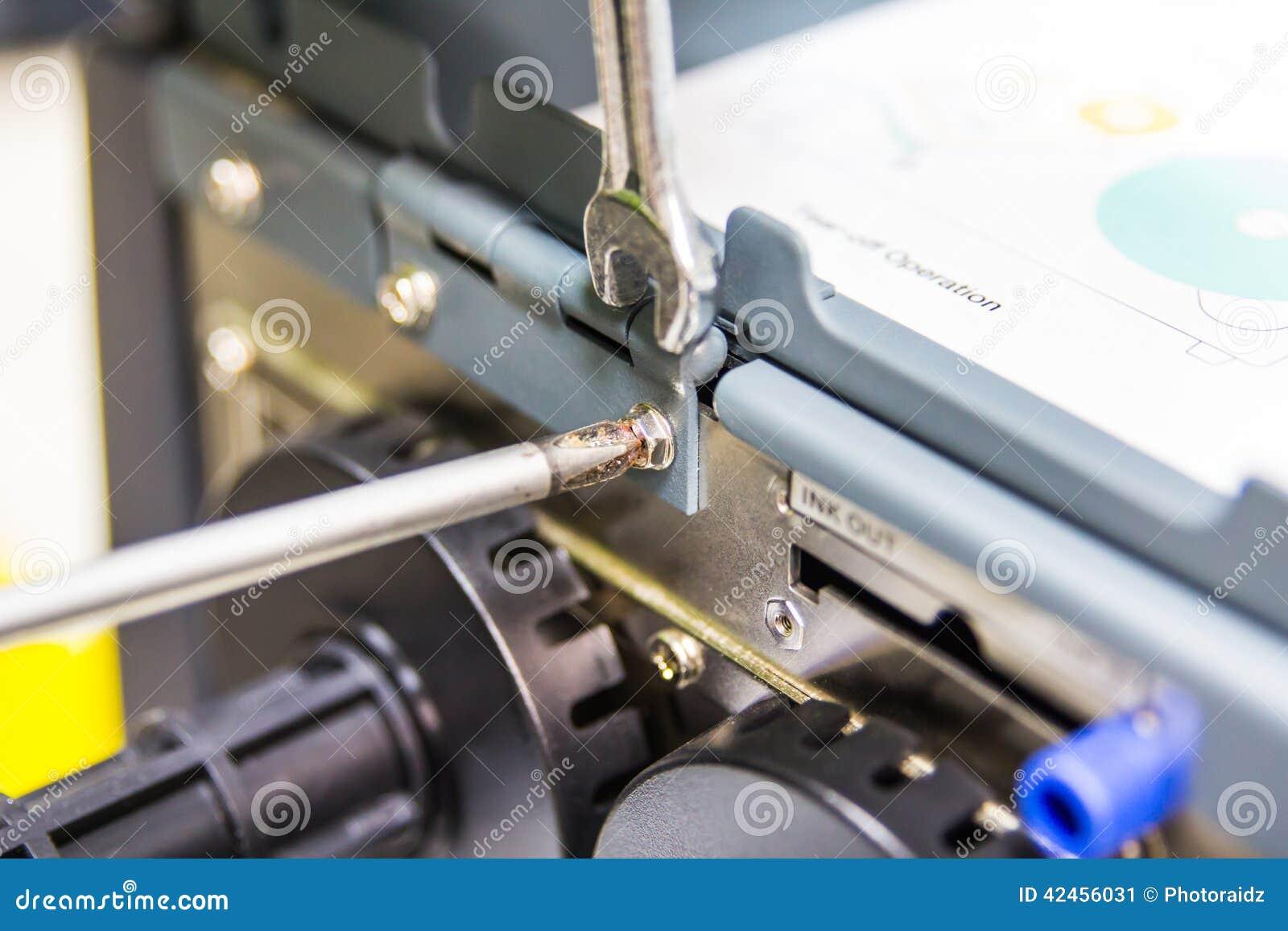 Techniker, der unter Verwendung des Schraubenziehers instandhält
