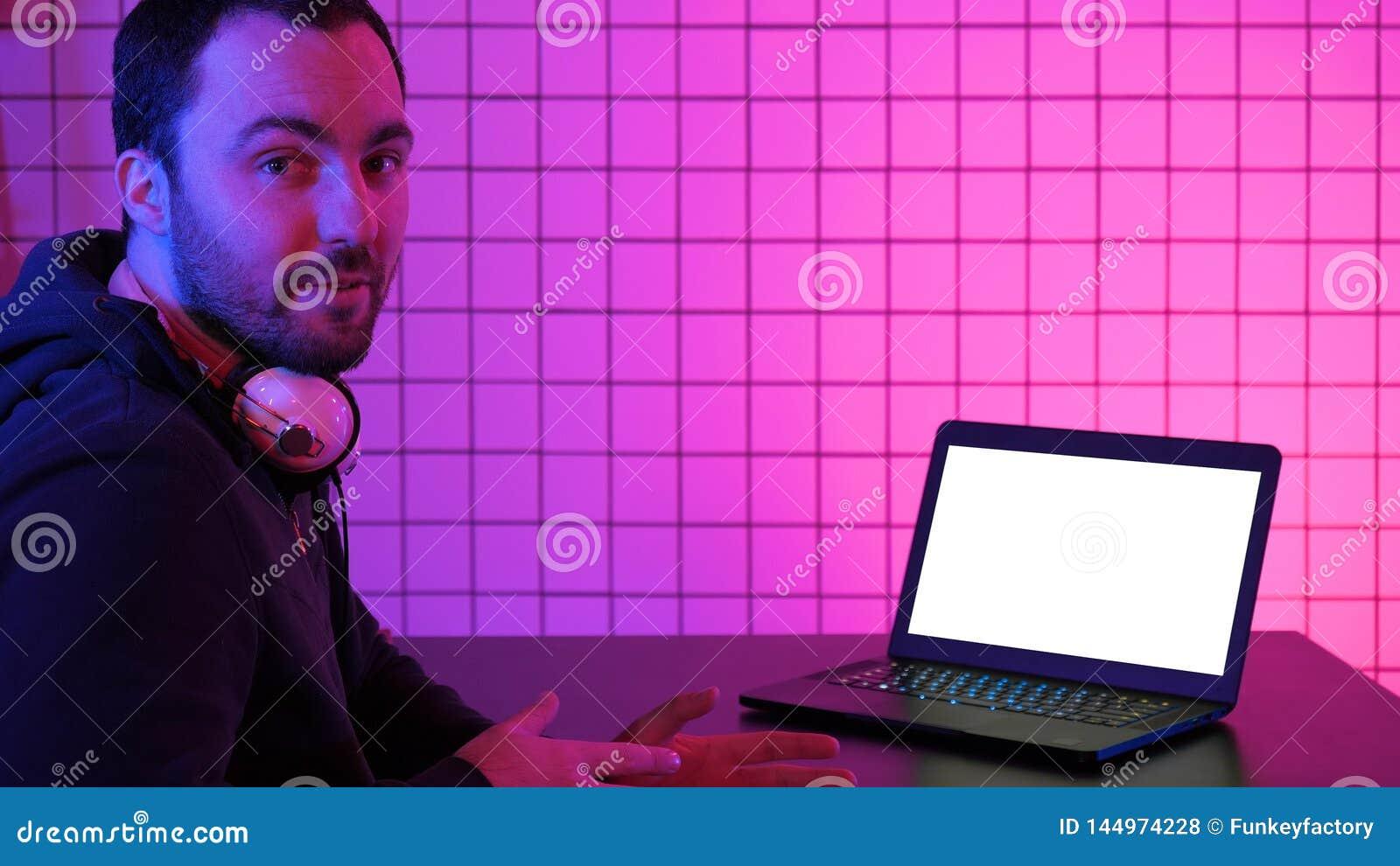 Technologia, hazard, rozrywka, pozwala? my bawi? si? poj?cia Gamer opowiada gr? na ekranie kamera i zaludnia?