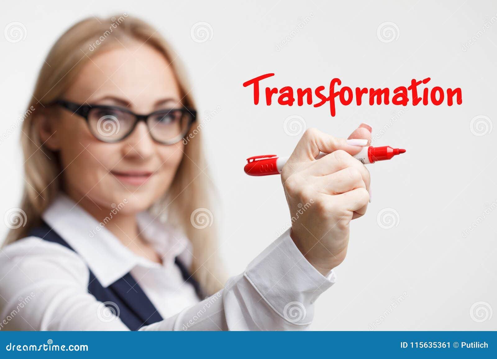 Technologia interneta marketing i biznes Młody biznesowej kobiety writing słowo: transformacja