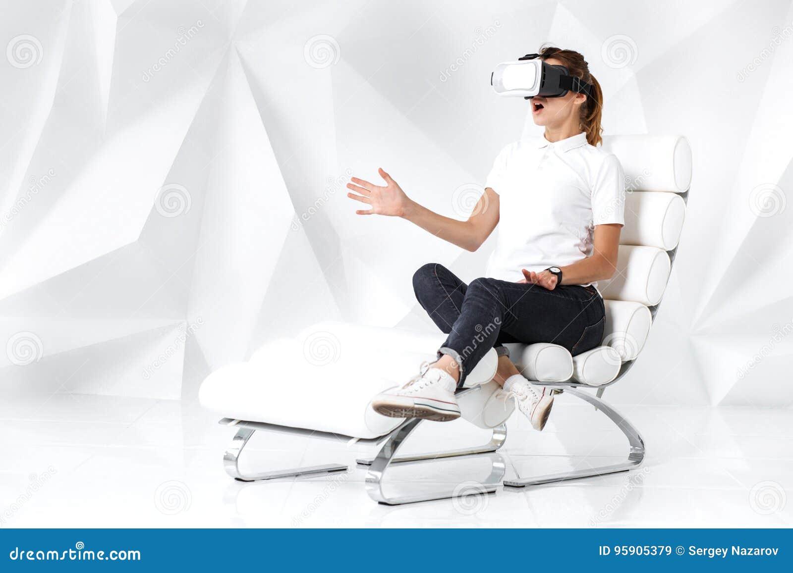 Technologia, rzeczywistość wirtualna, rozrywka i ludzie pojęć, - szczęśliwa młoda kobieta z rzeczywistości wirtualnej słuchawki s