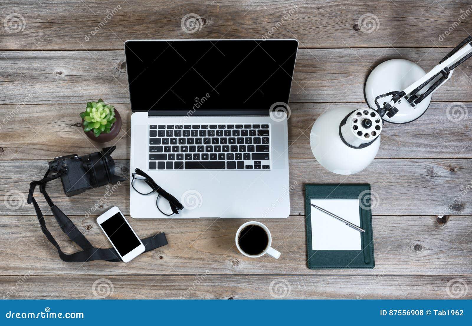 Ordinateur portable sur un bureau en bois rustique image tonique