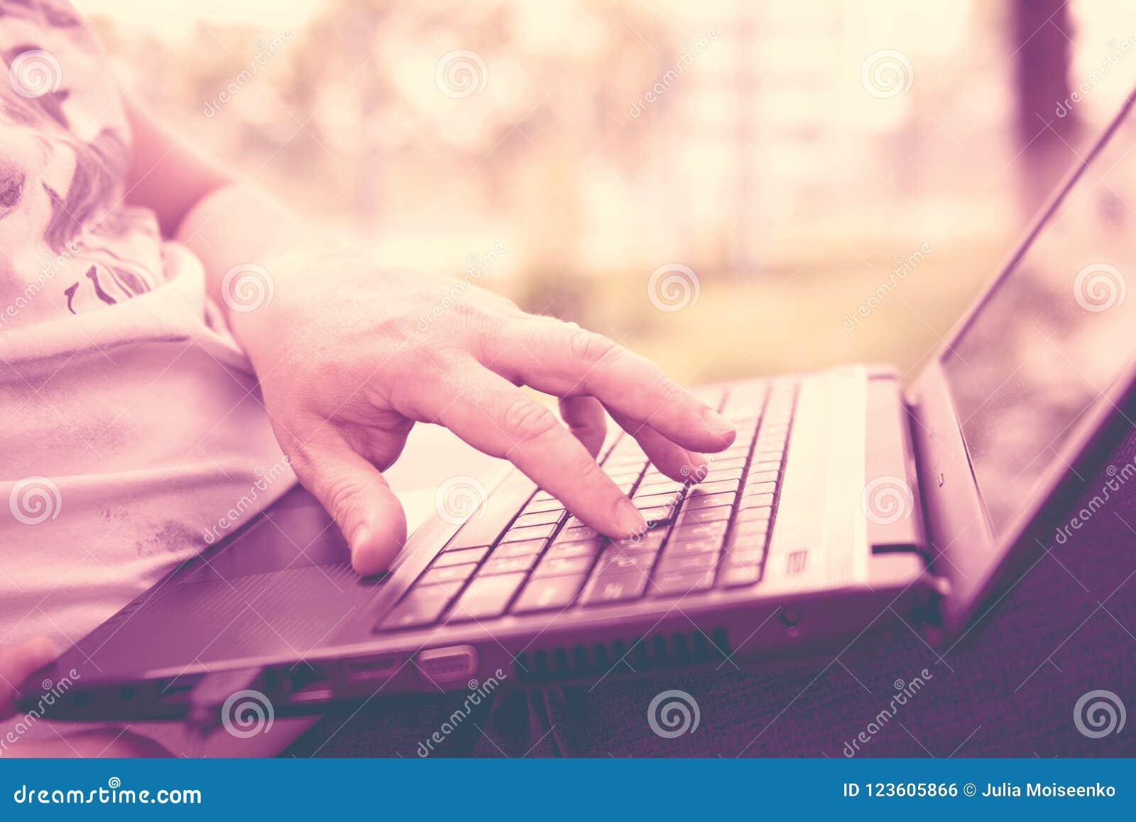 Technologie en mededeling, het werk bij het toetsenbord met laptop in openlucht,