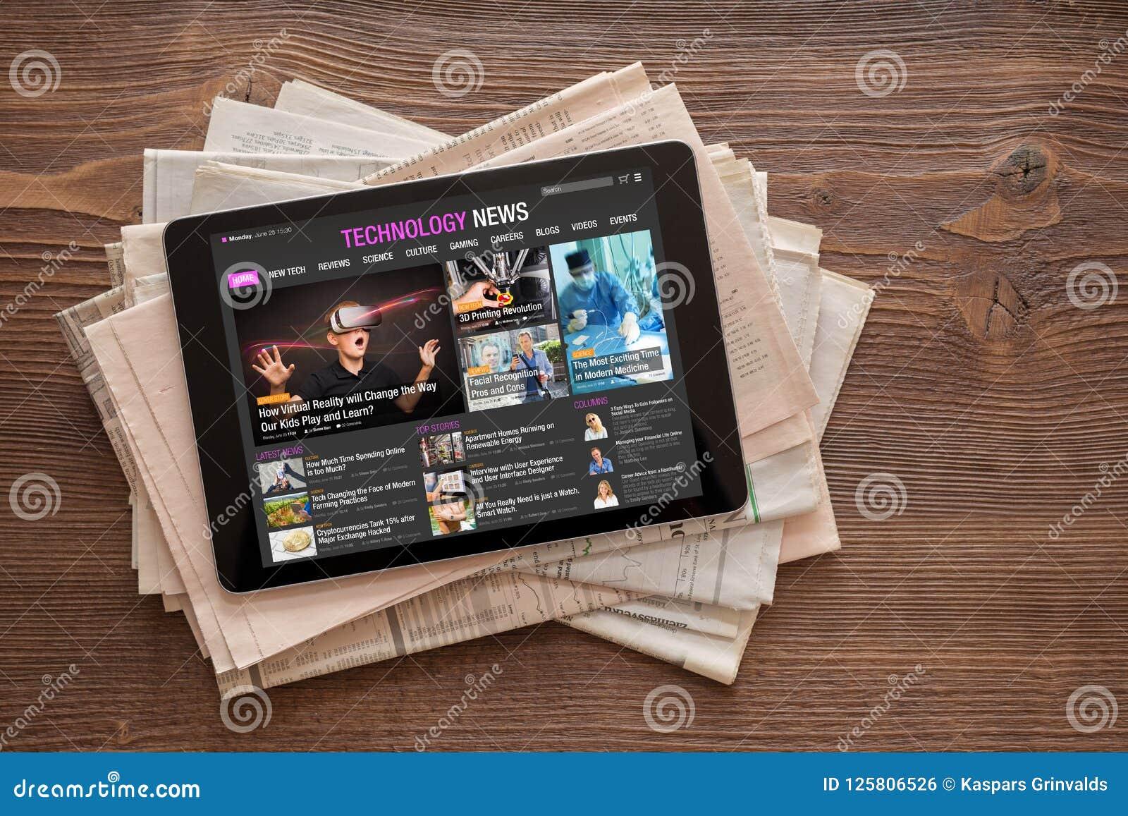 Technologie-nieuwswebsite op tablet op stapel kranten
