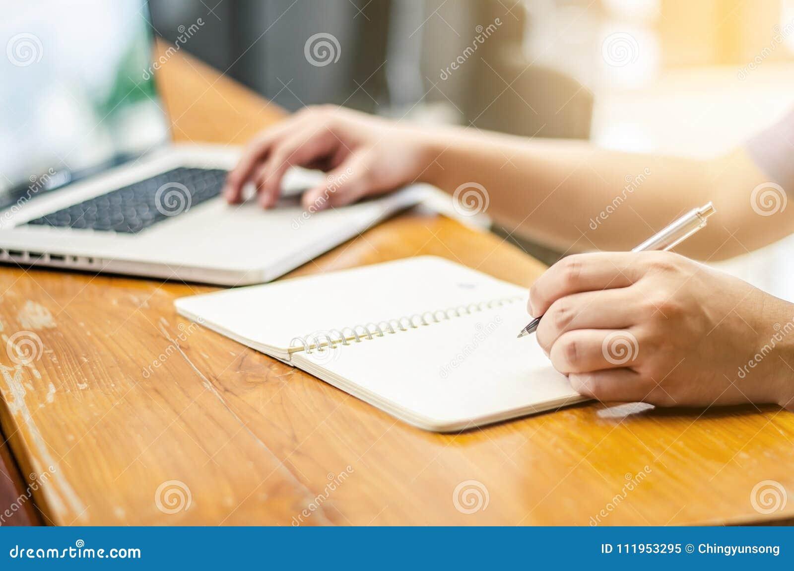 Technologie travaillante d ordinateur portable d homme et inscription du lieu de travail de carnet