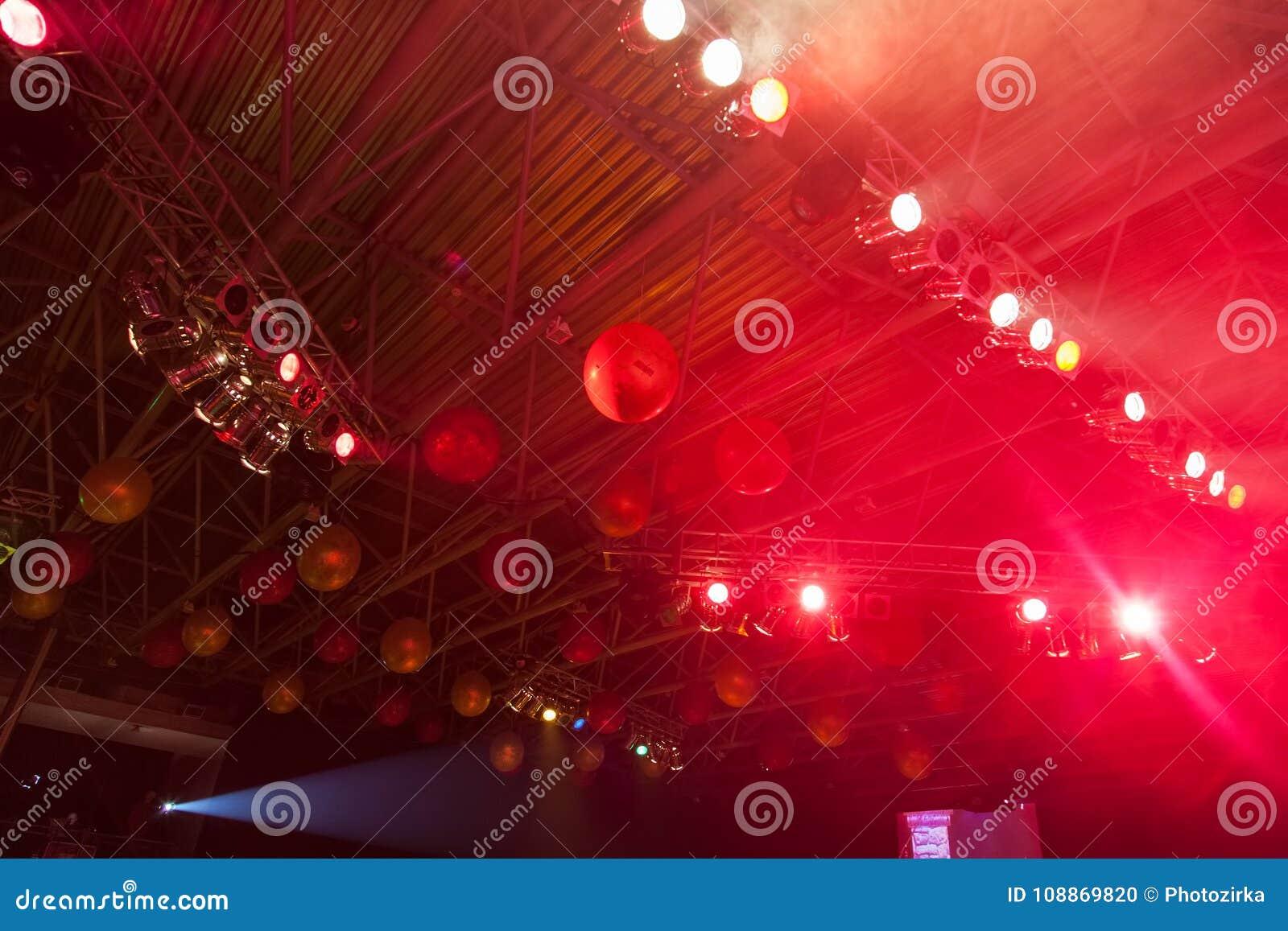 Techo adornado con los globos