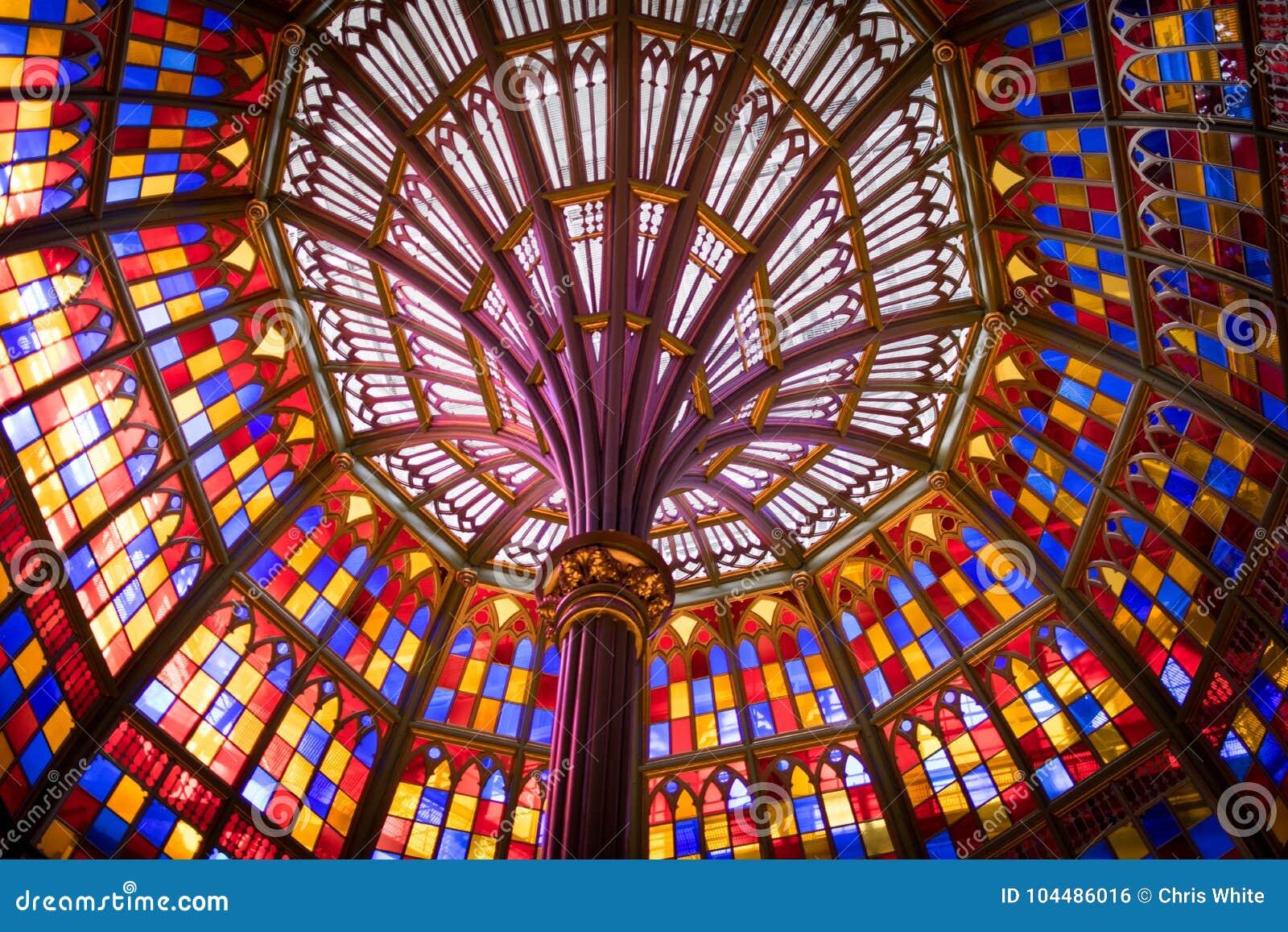 Techo de vitral en el edificio viejo del capitolio del estado de Luisiana