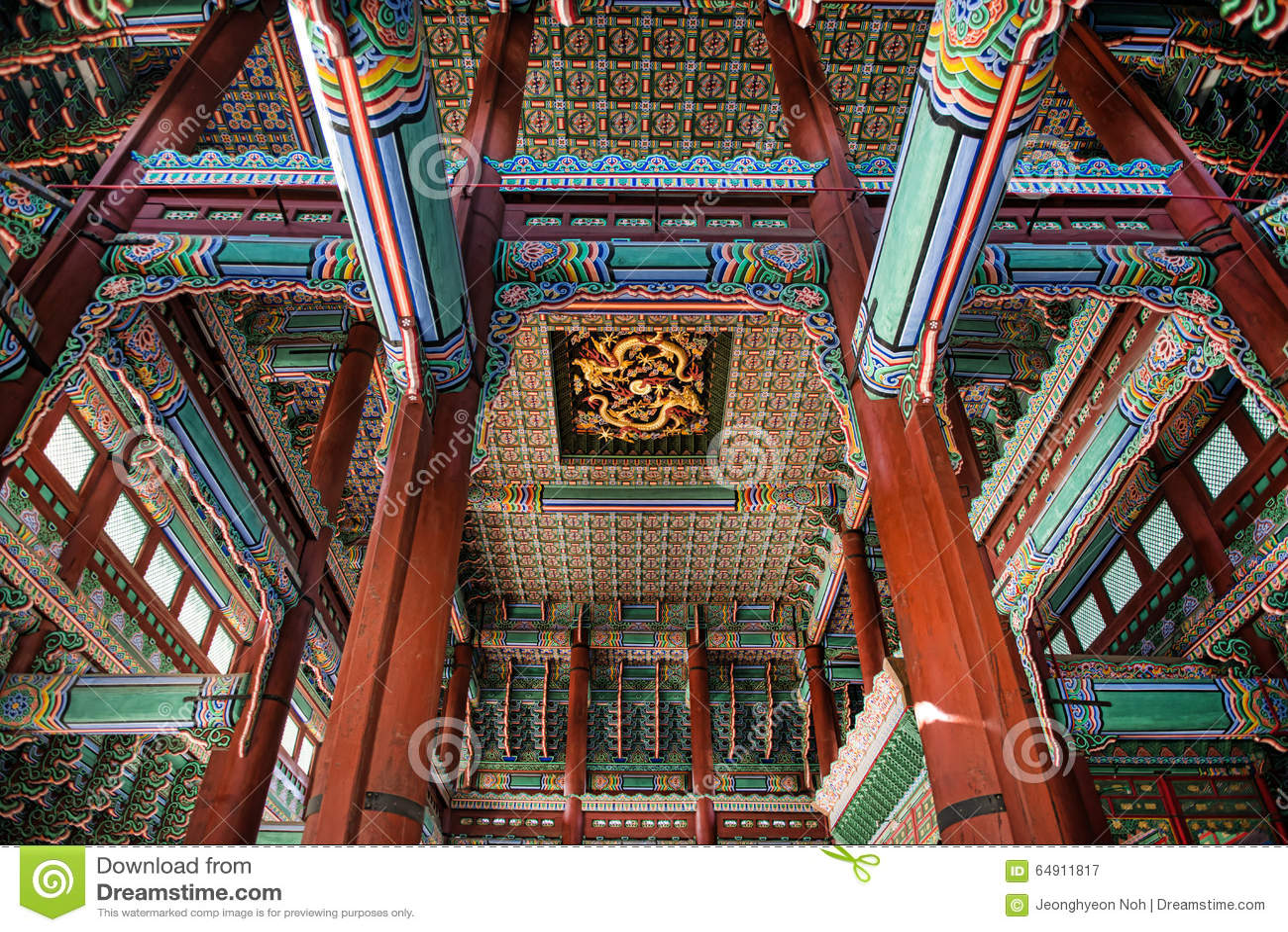 Techo interior hermoso de un rey de la casa que vivió en el palacio de Gyeongbok del 11 de enero de 2016 en Seul, Corea