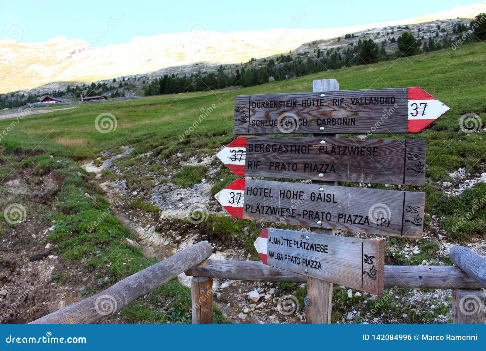 Tecken av alpina trekking banor i dolomitesna, Italien