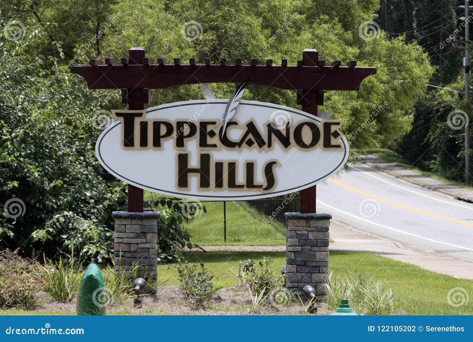 Tecken för Tippecanoe kullegrannskap på en Sunny Day Suburban Road