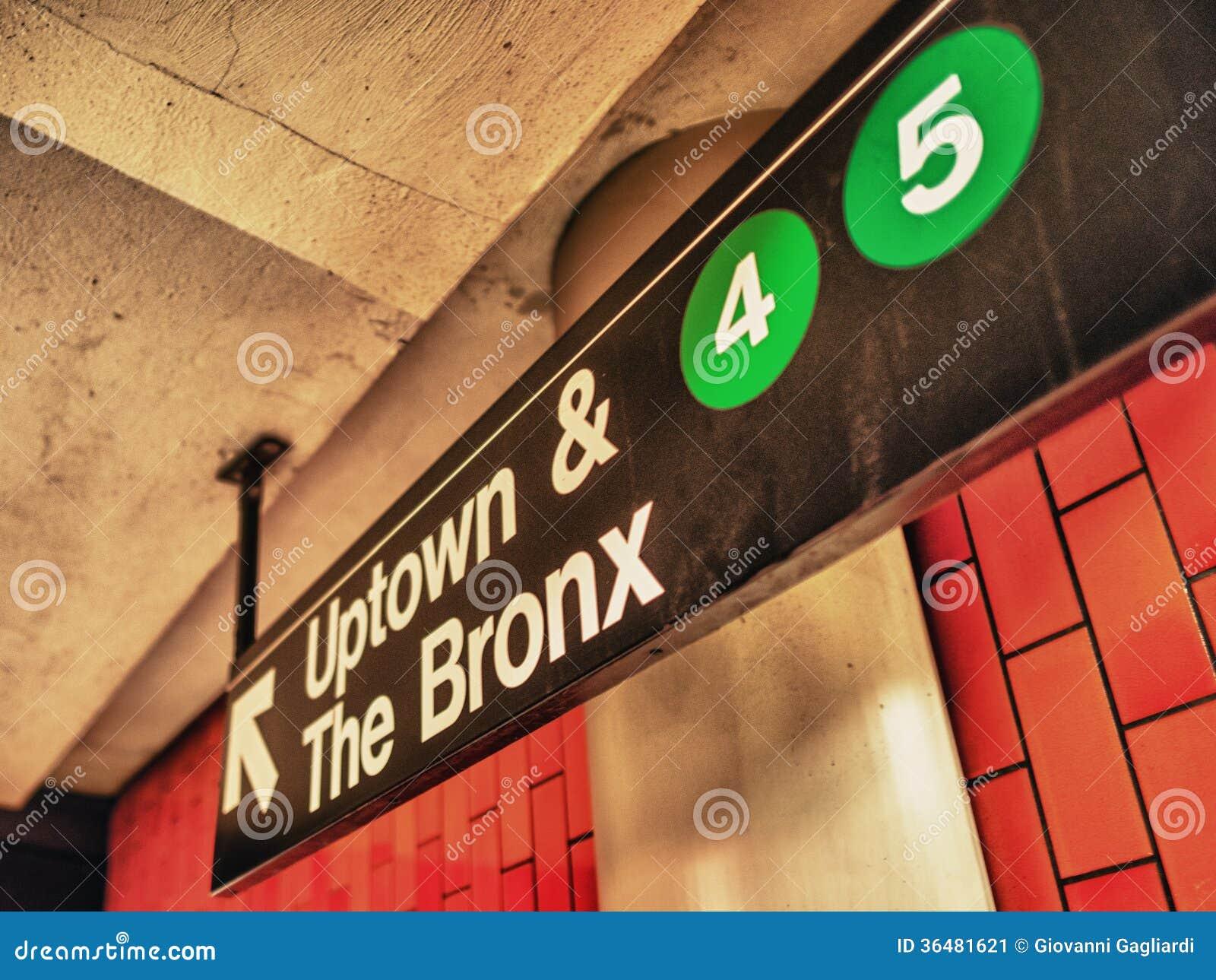 Tecken för UptownannonsBronx gångtunnel, Manhattan, New York
