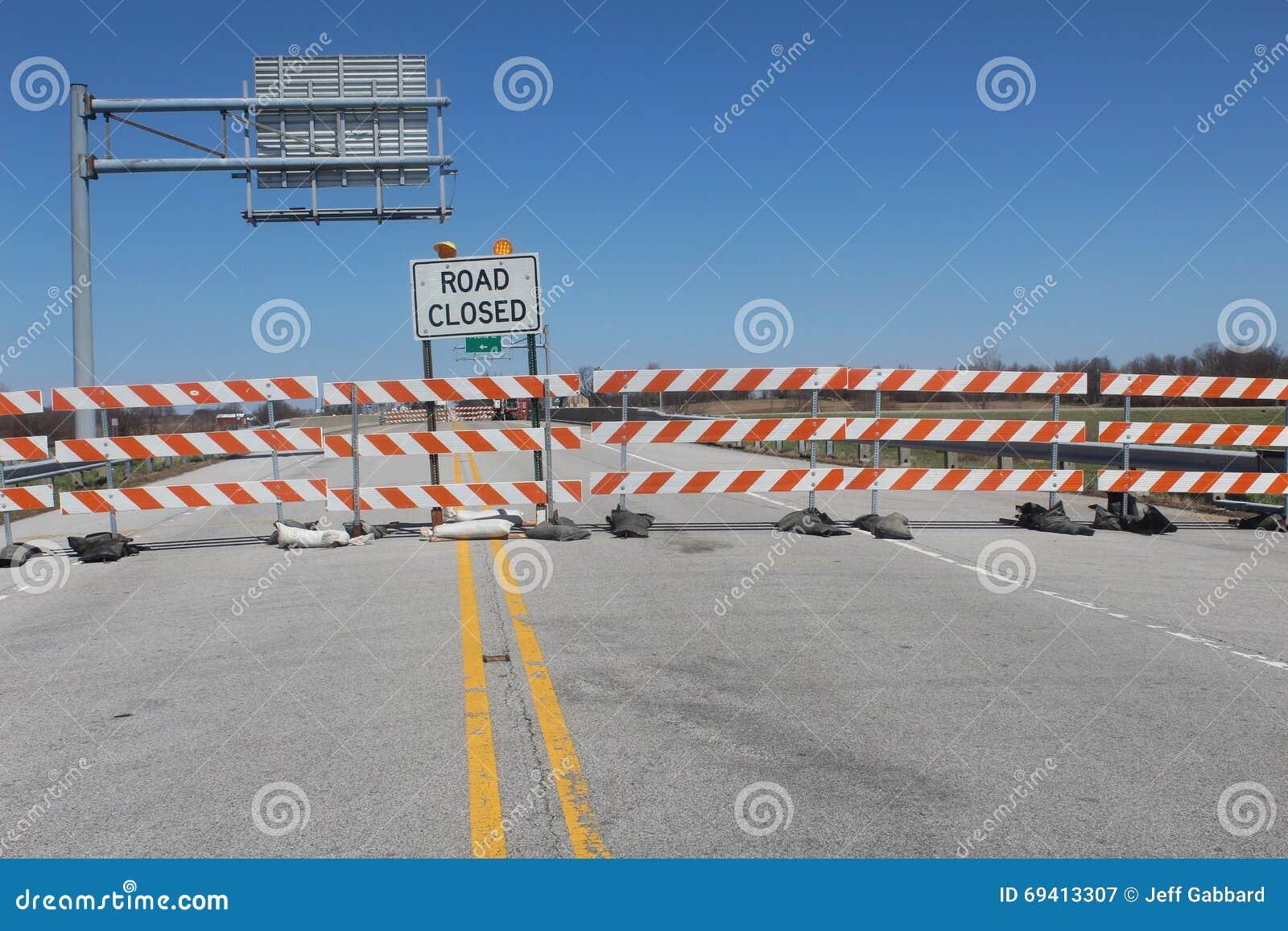 Tecken för vägen som stängs över bron