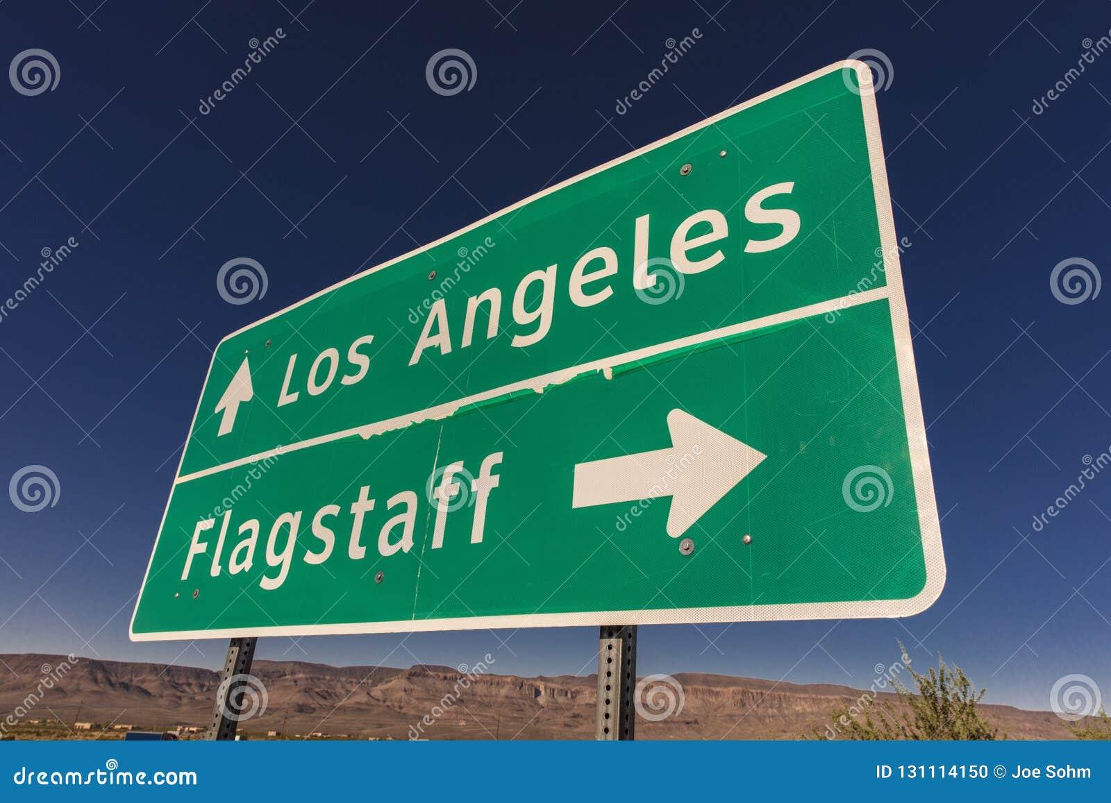 Tecken till Los Angeles och flaggstången Arizona