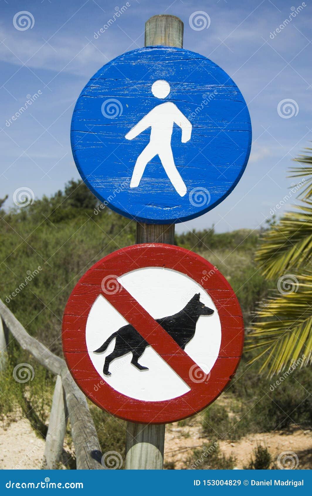 Teckentillträde till gångaren och förbjuden hundkapplöpning