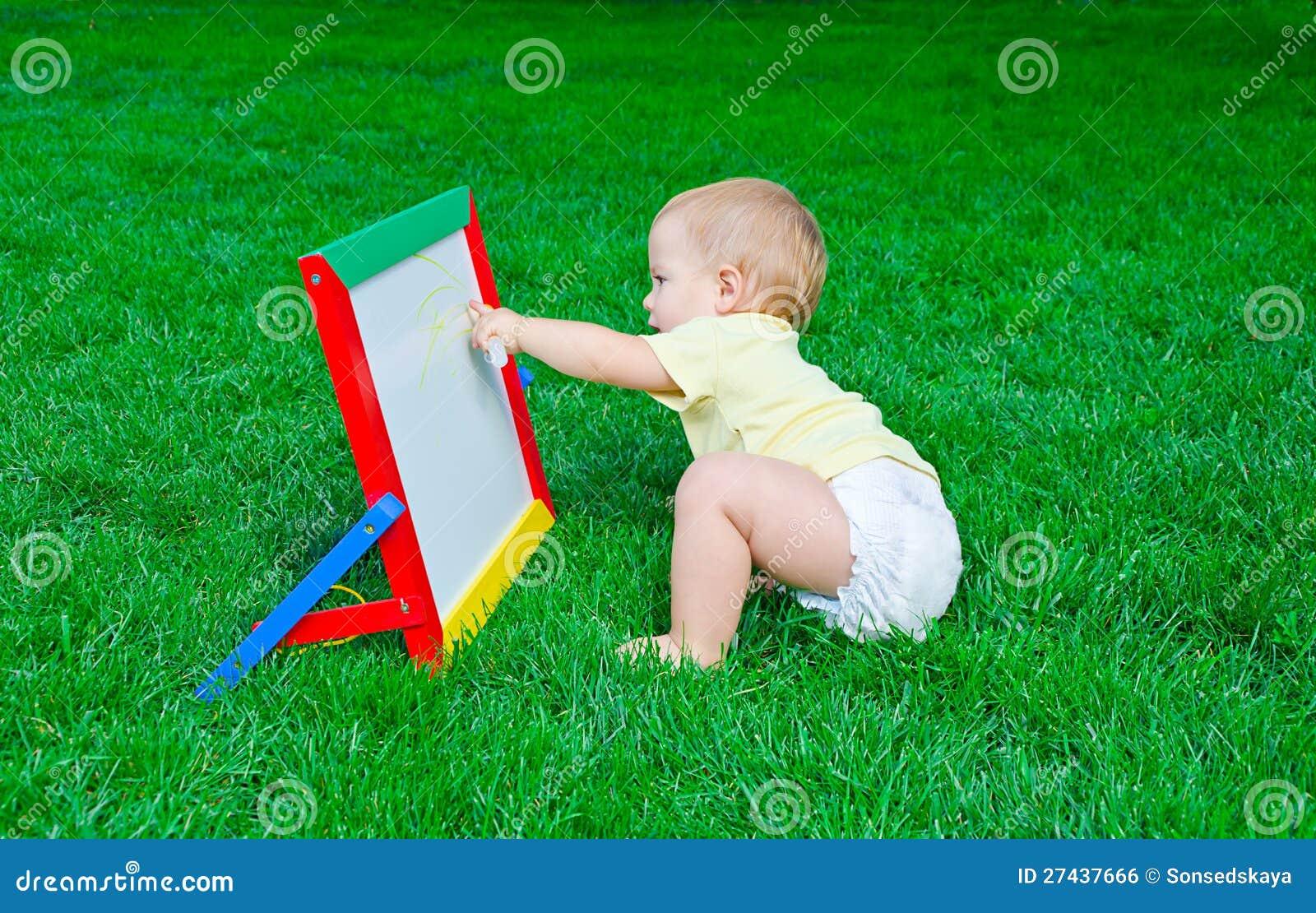 Tecknar den härliga pysen för Ð att sitta på en lawn