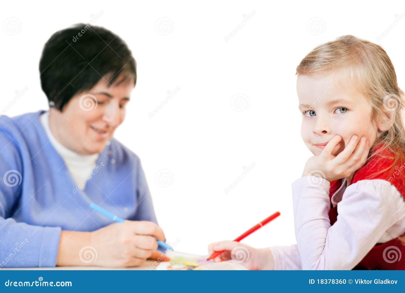 Tecknar den lyckliga små mogna le kvinnan för flickan