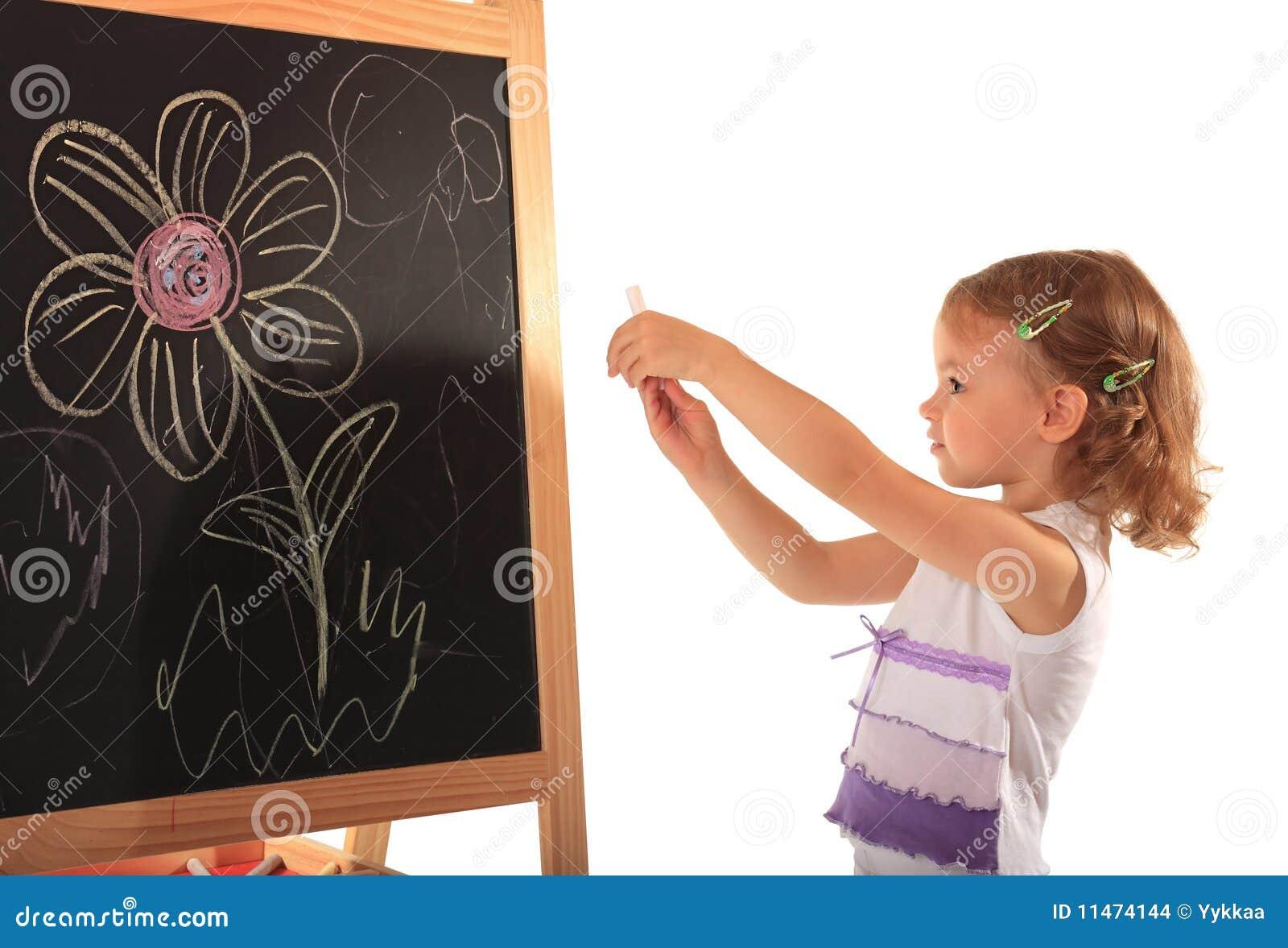 Tecknar flickan